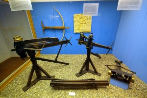 Arsenal of ancient mechanical artillery: Catapults (standing), chain drive of Polybolos (bottom center), Gastraphetes (on wall). Image credit: SBA73